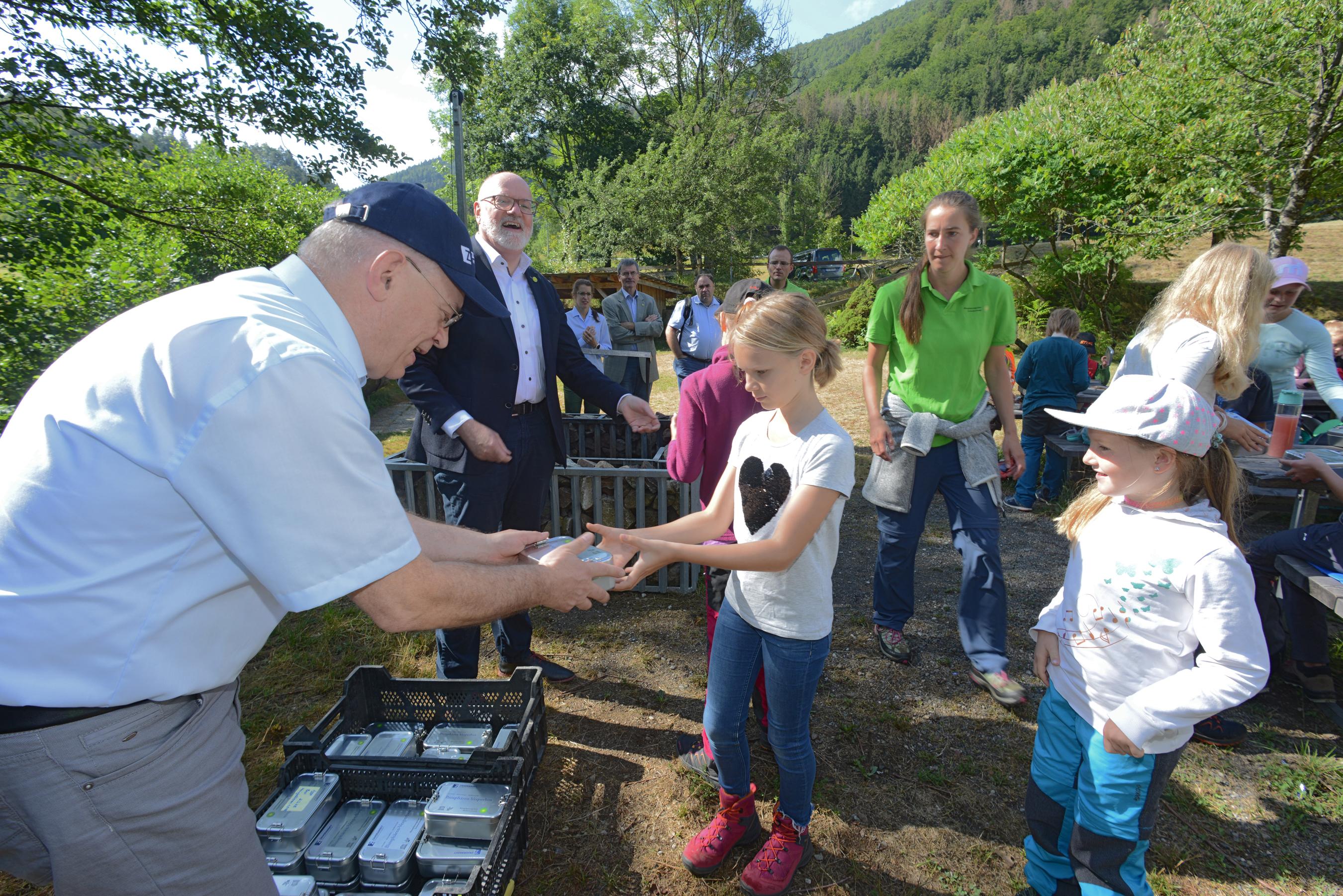 Regierungsvizepräsident Klemens Ficht und Vorstand Ulrich Zahoransky von der Zahoransky AG eröffnen erste Ferienfreizeit in Kooperation mit dem Biosphärengebiet Schwarzwald