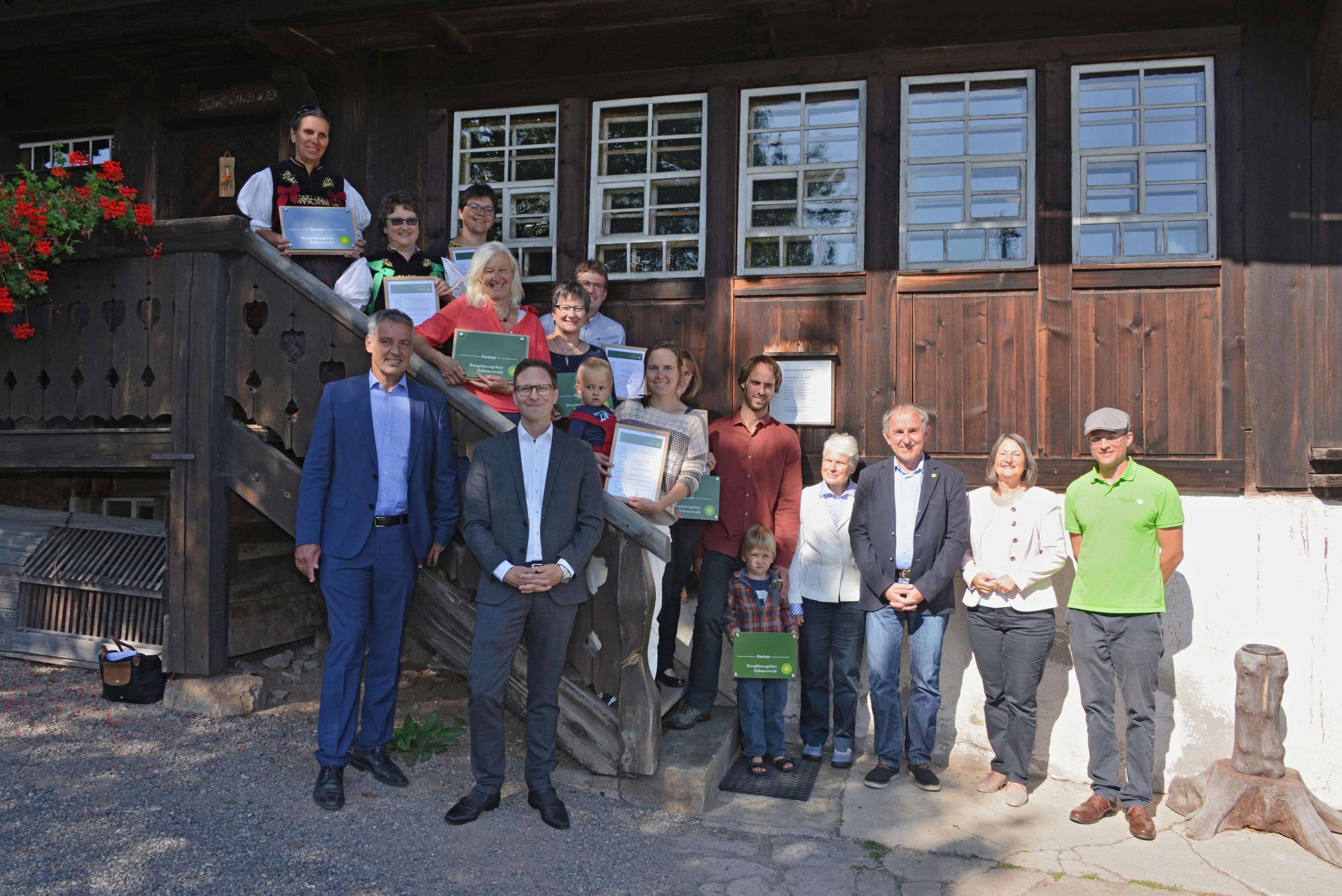 Urkunden für die ersten offiziellen Partnerbetriebe des Biosphärengebiets Schwarzwald